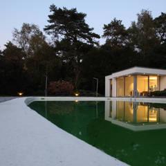 Design bungalow in Bilthoven:  Zwembad door Lab32 architecten
