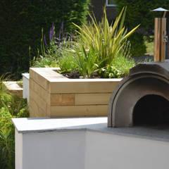 A small contemporary front garden:  Garden by Robert Hughes Garden Design