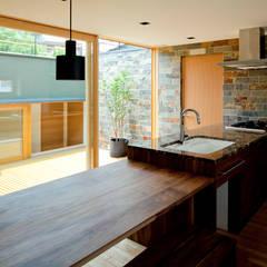 ミドリノイエ: group-scoop architectural design studioが手掛けたキッチンです。