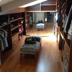 HEBART MİMARLIK DEKORASYON HZMT.LTD.ŞTİ. – Hüseyin  Aymutlu Evi: modern tarz Giyinme Odası
