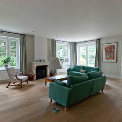 Luxe villa in de jaren 40 stijl :  Woonkamer door Snellen Architectenbureau