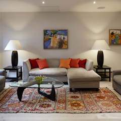 LIVING SPACE :  Living room by IS AND REN STUDIOS LTD