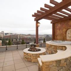 Upper Falls Condo 603 Uptic Studios Classic style balcony, veranda & terrace