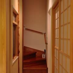 黒川の家: 株式会社アトリエカレラが手掛けた廊下 & 玄関です。,クラシック