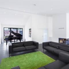 Wohnhaus Blechhof Dormagen: minimalistische Wohnzimmer von Wichmann Architekten Ingenieure GmbH