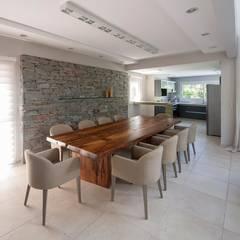 Cariló: Comedores de estilo  por Estudio Sespede Arquitectos