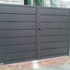 CIERRES METALICOS AVILA, S.L.:  tarz Garaj kapıları, Modern