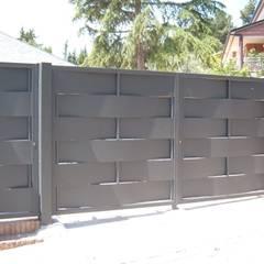Puertas de garajes de estilo  por CIERRES METALICOS AVILA, S.L.