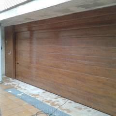 ประตูโรงรถ by CIERRES METALICOS AVILA, S.L.