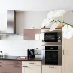 Conseil peinture et revêtement pour cette maison récente.: Cuisine de style  par Uniq intérieurs,