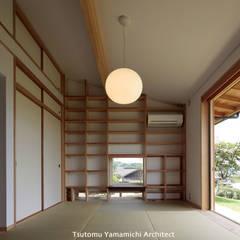 Paredes de estilo  por 山道勉建築 , Asiático Madera Acabado en madera