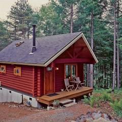 コテージの夏景色、森の緑と赤い建物をコーディネート: Cottage Style / コテージスタイルが手掛けた家です。