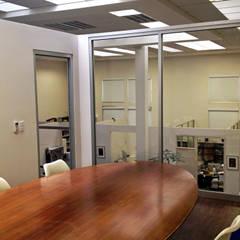 Sala de Juntas : Salas multimedia de estilo  por Visual Concept / Arquitectura y diseño, Moderno