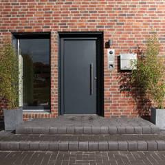 AVEO - Die Haustür und ein Lichtband:  Haustür von FingerHaus GmbH