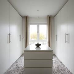 Walk in closet de estilo  por FingerHaus GmbH - Bauunternehmen in Frankenberg (Eder), Moderno