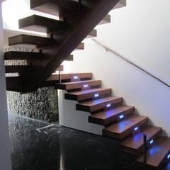 Escalera: Pasillos y vestíbulos de estilo  de Equipo Digitalarq, S.L.