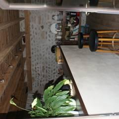 la cuisine  : mur de galets rejointés et charpente apparente: Cuisine de style de stile Rural par LCDS