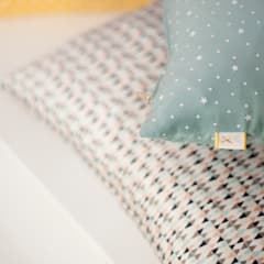 Coussins différents motifs: Espaces commerciaux de style  par happyhand