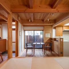 Dining room by 有限会社 光設計,