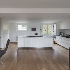 Wohnen, Essen und Kochen:  Wohnzimmer von Beat Nievergelt GmbH Architekt