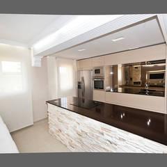 Molduras en el techo: Cocinas de estilo  de AZD Diseño Interior
