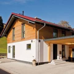 MEDLEY 210 A - Eingangsbereich mit angrenzendem Carport:  Landhaus von FingerHaus GmbH