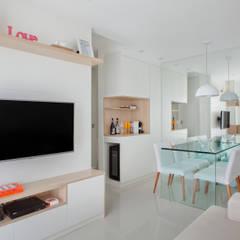 Apartamento pequeno: Salas de estar modernas por Carolina Mendonça Projetos de Arquitetura e Interiores LTDA