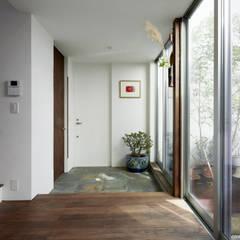 中庭と繋がる玄関-1: エトウゴウ建築設計室が手掛けた廊下 & 玄関です。