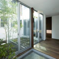 Projekty,  Korytarz, przedpokój zaprojektowane przez エトウゴウ建築設計室