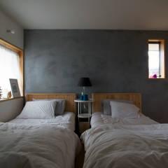 通り土間のある家: 松原正明建築設計室が手掛けた寝室です。