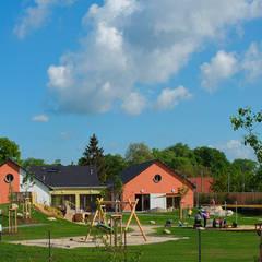 Blick auf die Kita sowie die dazugehörige Freifläche:  Schulen von Planungsbüro Schubert, Architektur & Freiraum