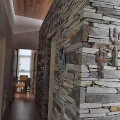 PROYECTO LANFRANCO: Pasillos y recibidores de estilo  por Baltera Arquitectura