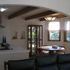 山の上の別荘: ヒロ・デザイン・ラボが手掛けたキッチンです。