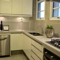 Apartamento para um jovem casal em tons de cinza: Cozinhas  por Helô Marques Associados