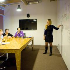 """Переговорная комната в коворкинге """"Рабочая станция"""": Конференц-центры в . Автор – IdeasMarket"""