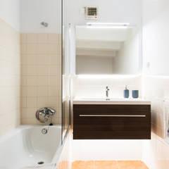 Baño minimalista luminoso.: Baños de estilo  de Markham Stagers