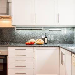 Home Staging para Alquilar una Vivienda en Barcelona: Cocinas de estilo  de Markham Stagers