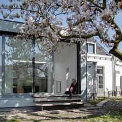 Aan de zuidzijde bevindt zich nu een grote serre: moderne Serre door op ten noort blijdenstein architecten