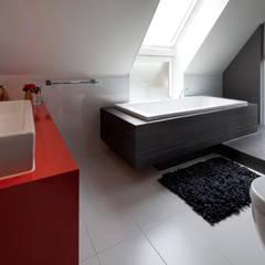 Modern binnen traditionele grenzen Moderne badkamers van MEF Architect Modern