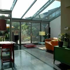 lichte serre:  Woonkamer door TIEN+ architecten