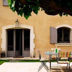 Mas en Provence: Terrasse de style  par STEPHANIE MESSAGER