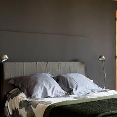 Mas en Provence: Chambre de style  par STEPHANIE MESSAGER