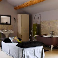 Mas en Provence: Salle de bains de style  par STEPHANIE MESSAGER