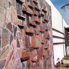 Fuente Muro lloron: Jardines de estilo  por Acrópolis Arquitectura