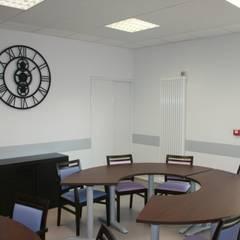 Salle à Manger: Hôpitaux de style  par AGENCE D'ARCHITECTURE BRAYER-HUGON