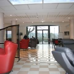 Salon donnant sur le jardin et la Vallée de l'Uzège: Hôpitaux de style  par AGENCE D'ARCHITECTURE BRAYER-HUGON