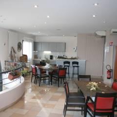 Salle à manger à l'étage: Hôpitaux de style  par AGENCE D'ARCHITECTURE BRAYER-HUGON