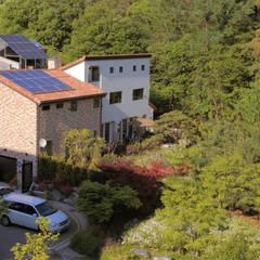 환하게 빛을 받은 숲속의 집: OUA 오유에이의  주택