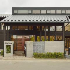 民家調の保育園(外観正面): ユニップデザイン株式会社 一級建築士事務所が手掛けた学校です。