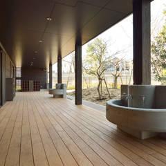 保育園(縁側スペース): ユニップデザイン株式会社 一級建築士事務所が手掛けた学校です。